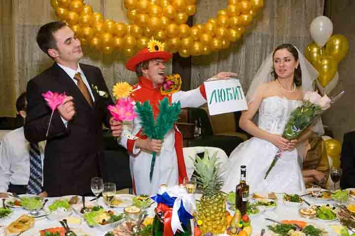 Вручение смешных подарков на свадьбу